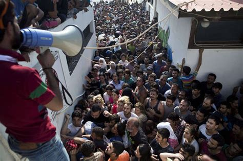 Greek migrant crisis: Police use batons to disperse